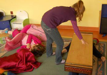Patrycja używa monochordu do subtelnego masażu swojej opiekunki.